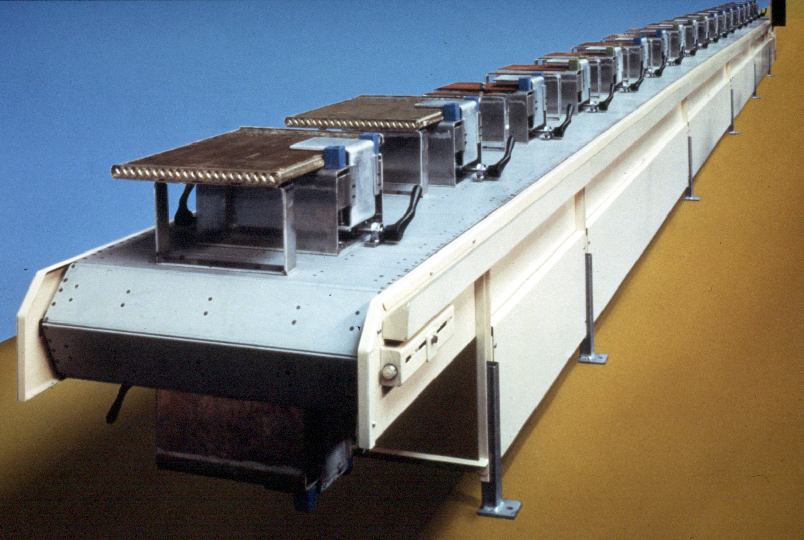 Kornylak manufactures a variety of conveyor systems for manufacturing, material handling and insulation production.
